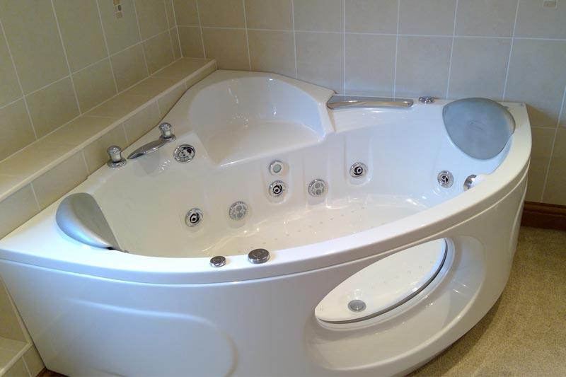 Jacuzzi bath in the ensuite bathroom - Master Bedroom